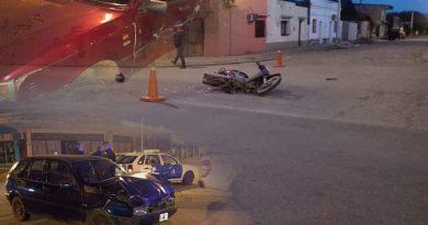 Atropello a una moto, siguió manejando y choco de nuevo